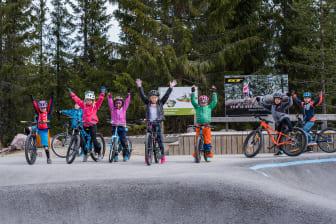 Lokale barn koser seg på sykkel