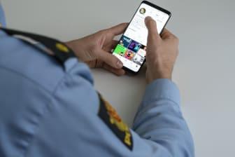 Politi med telefon.jpg