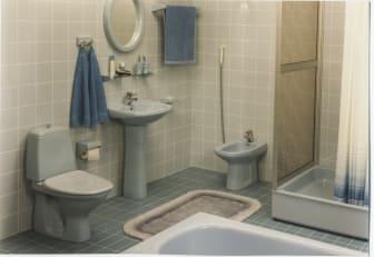 Sininen kylpyhuone