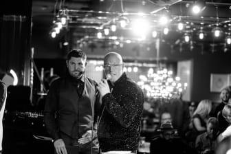 Final i Årets barberare 2019 - konferencier Jac Ludlow och domare Adee Phelan