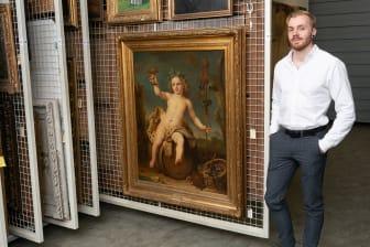 Mathias Skaset foran maleriet «Bacchus som barn» i KODEs magasin