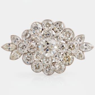 Brosch platina med gammalslipade diamanter med total vikt ca 19.00 ct, i etui från Cartier. Utrop 400 00 - 425 000 SEK.