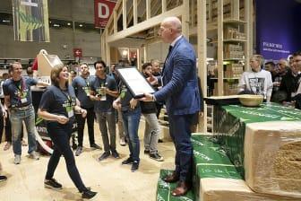 Anette S. Strømberg (marketingsjef i Hunton) mottar prisen for Årets Stand av Gunnar Glavin Nybø (administrerende direktør, Bygg Reis Deg).