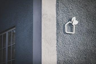 Symbol på fasad kv Viken Växjöbostäder