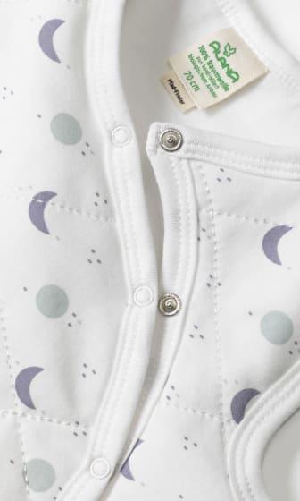 Detail am Halsausschnitt eines Schlafsacks der Kindertextilmarke ALANA von dm