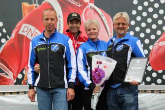 Gjerstad IL tar i mot prisen (fra venstre: Stein Winterkjær, Ole Einar Bjørndalen, Ellen Winterkjær og Robert Aasbø )
