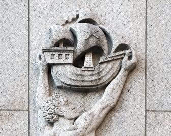 Detalj av fasad vid Franska tomten, Packhusplatsen, Göteborg, verk av Wilhelm Henning.