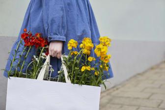Gyllenlack och atlaskrage i shopplingbag