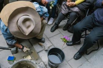 Konstnären Gunter Demnig monterar Stockholms första snubbelsten.