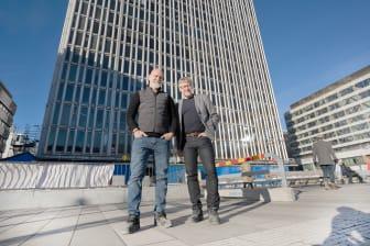 Mats Hederos och Per Sundin utanför byggnad