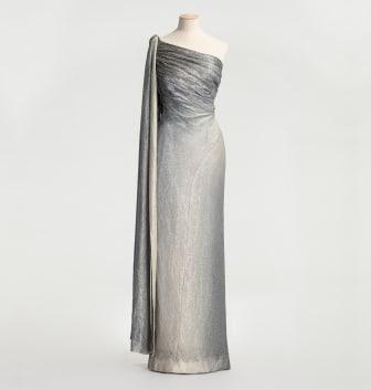 Aftonklänning i silverlamé i utställningen Nordens Paris på Nordiska museet. Foto: Helena Bonnevier /Nordiska museet