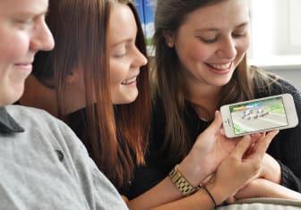 Nu blir det gratis för alla att se direktsända trav- och galopptävlingar i datorn, i mobilen och på surfplattan.