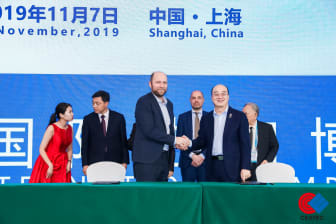 Mr. FU Qiang, President and Co-founder of AIWAYS and Anders Korsgaard, CEO and Co-founder of Blue World Technologies shaking hands after the signing of the strategic cooperation agreement