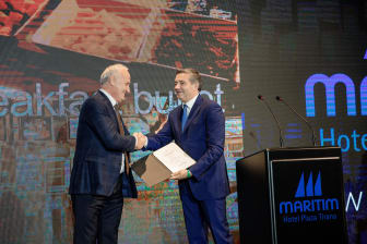 Blendi Klosi, Tourismusminister Albanien (rechts), überreicht die offizielle 5-Sterne-Zertifizierung an Hoteldirektor Behar Male (links).