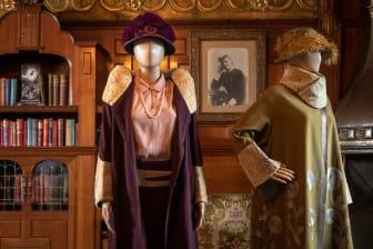 """Eleganta dräkter i slottets boudoir. Kappan till höger användes av Cora i ett avsnitt av """"Downton Abbey""""."""
