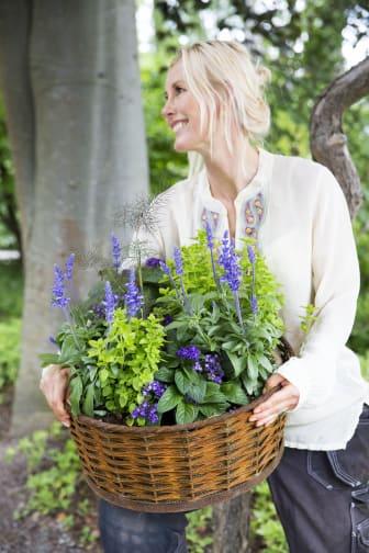Victoria Skoglunds väljer sommarblommor i blåa, gula och bronsfärgade nyanser