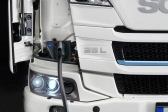 Der vollelektrische Scania 25 L beim Ladevorgang.