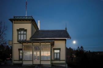 Villaen på Troldhaugen i måneskinn