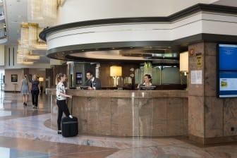 Freundlicher Empfang: Die Rezeption im Maritim Airport Hotel Hannover.