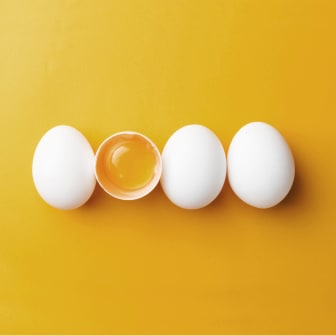 Ägg - gul bakgrund