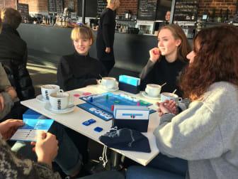 Unge spiller brætspil på Kulturværftet