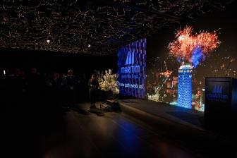 Mit Countdown und Feuerwerk feierlich eingeweiht: Der neue Hotelname wird per Drohnenvideo direkt in den Veranstaltungssaal übertragen.