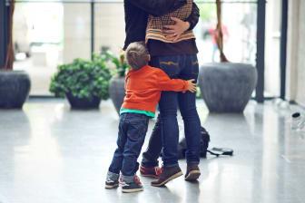 Barn kramar föräldrars ben