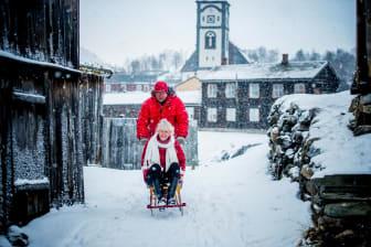 Røros - Couple at kick sledge at Røros-Thomas Rasmus Skaug - VisitNorway.com