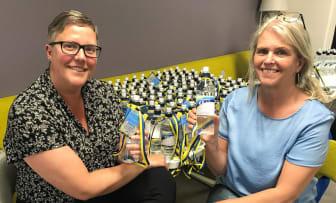 Sara och Tina med vattenflaskor studenten 2021.jpg