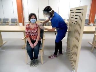 Första omsorgspersonal som fick vaccinet.