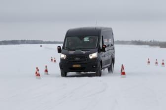 Nya Ford Transit på slalombana i Arctic Van test.