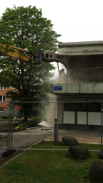 Gammalt hus rivs på Kortedala Torg och ger plats till nytt flerbostadshus