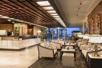 Mit direktem Blick auf die Ostsee: Lobby im Maritim Seehotel Timmendorfer Strand.