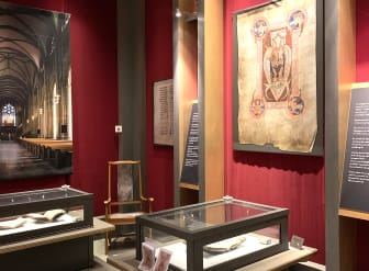 Nuvarande utställningen av Skaramissalet i gamla biblioteket i Skara.