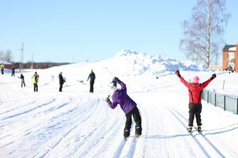 Skolbarn åker längdskidor