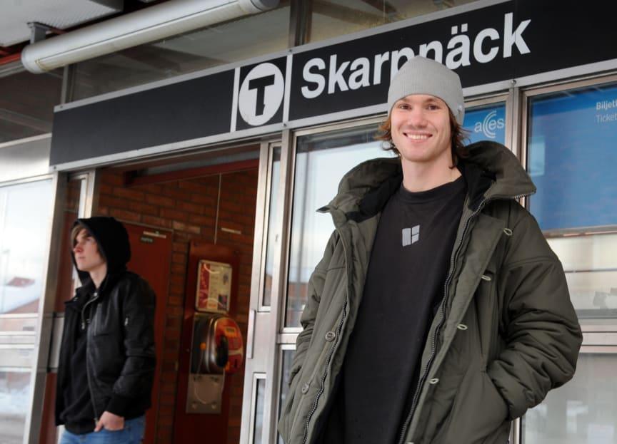 En glad David Krug som har nominerat vinnarplatsen Skarpnäck Plaza