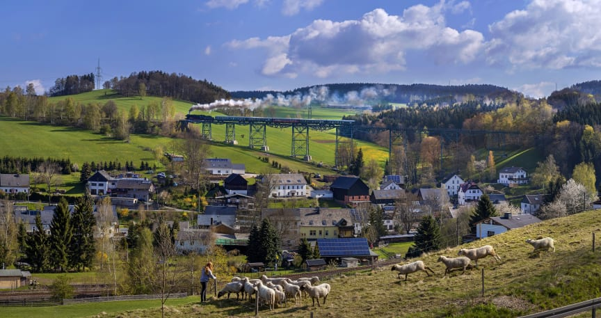 Erzgebirgische Aussichtsbahn auf dem Markersbacher Eisenbahnviadukt ©TVE_Uwe_Meinhold.jpg