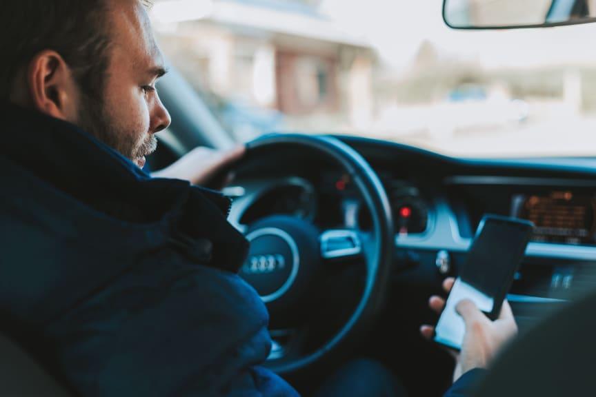 DA Direkt: Unterschätzte Gefahr - Ablenkung im Straßenverkehr_Smartphone