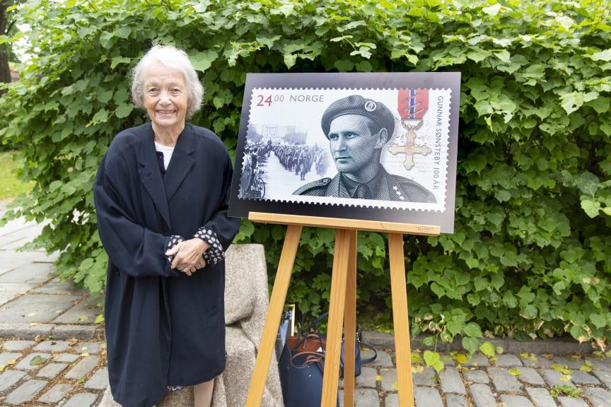 Gunnar Sønsteby ser bort på sin hustru Anne-Karin fra frimerket som ble gitt ut 15. juni 2018.