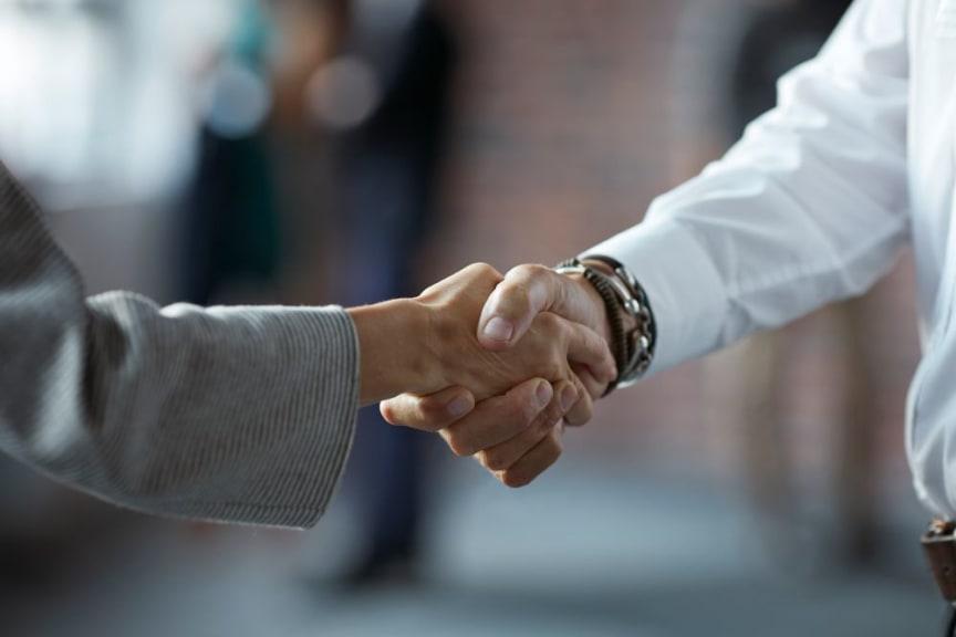 Geschäftsleute beim Händedruck_FinanceScout24