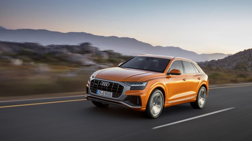 Audi Q8 (dragon orange) forfra dynamisk