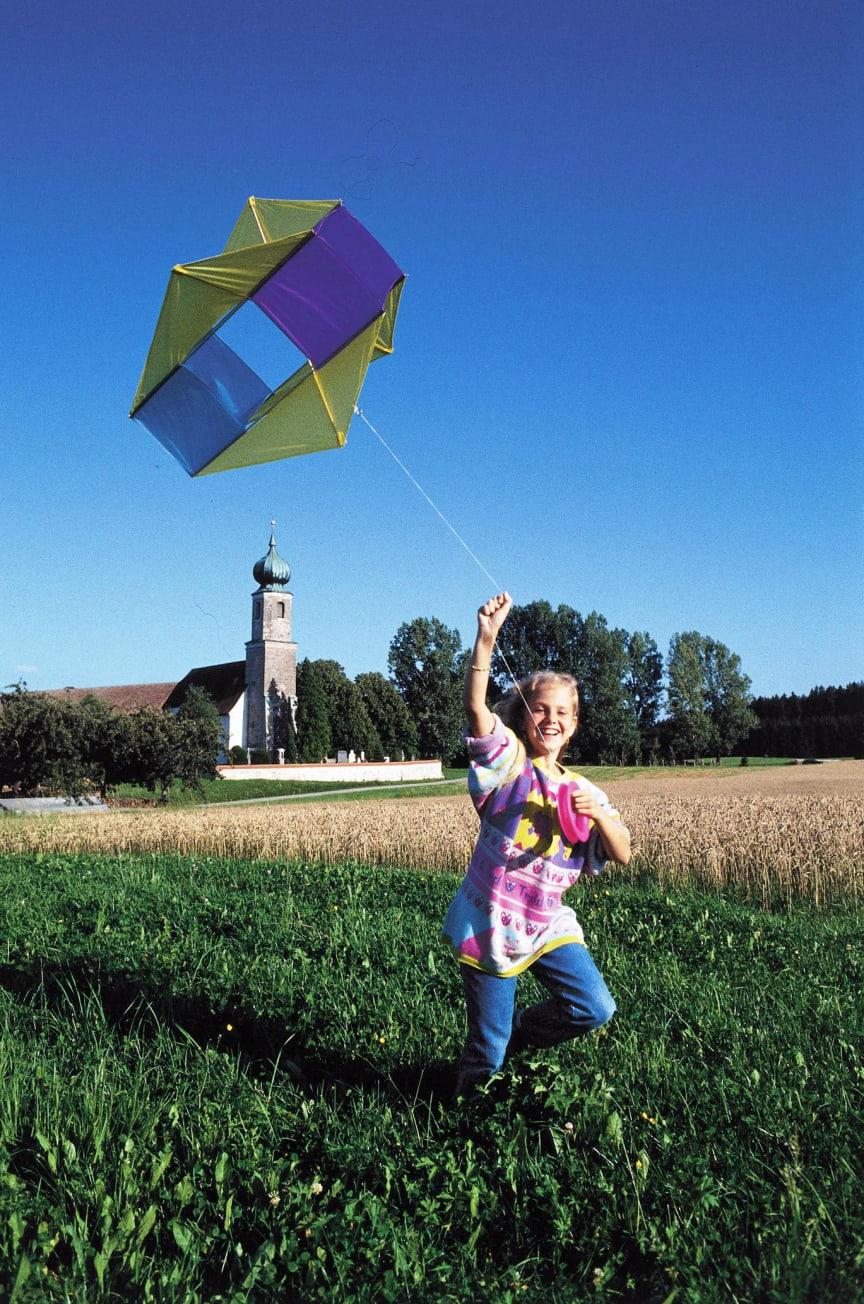 Vorsicht beim Drachensteigen: Eltern und Kinder sollten auf genügend Abstand zu Stromleitungen achten.