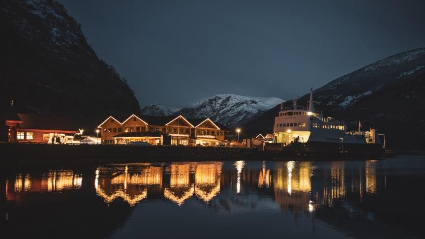 Heile Flåm er dekorert med vinterbelysning og lysinstallasjonar