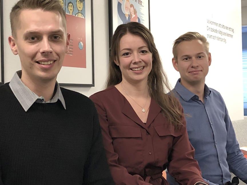 Arvid Sjölund, Josefin Lundquist och Jesper Lindberg föreläser om privatekonomi för ungdomar.