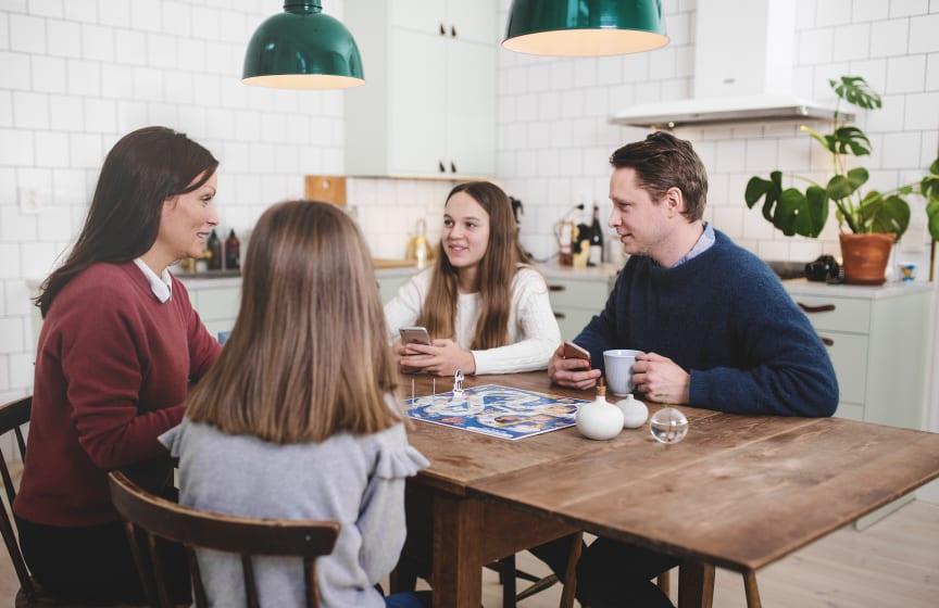 Jakten på sanningen_Överblicksbild familj