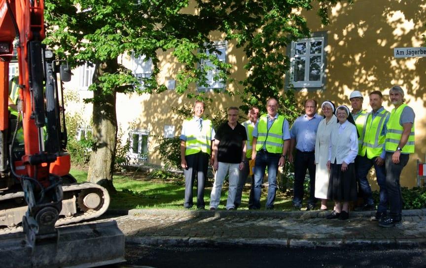 Die Erdgasverlegungsarbeiten in Strahlfeld sind nun bis zum Kloster fortgeschritten. Die Bauverantwortlichen informierten vor Ort über die nächsten Schritte.