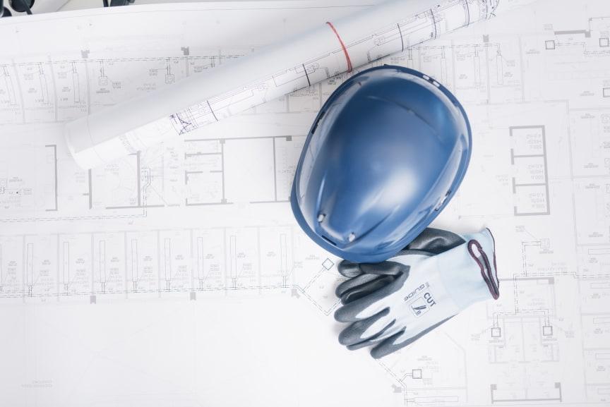 Rakennuspiirustus, kypärä ja viiltosuojahanskat