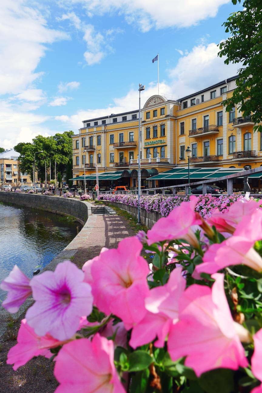 Stadshotellet med blommor i förgrunden