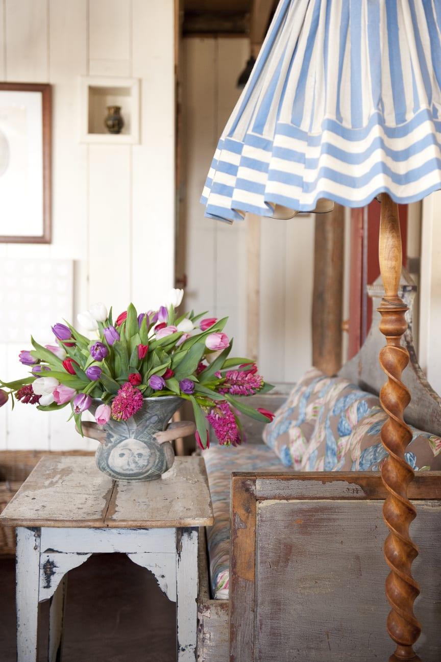 Nordisk inredning med tulpan- och hyacintbukett