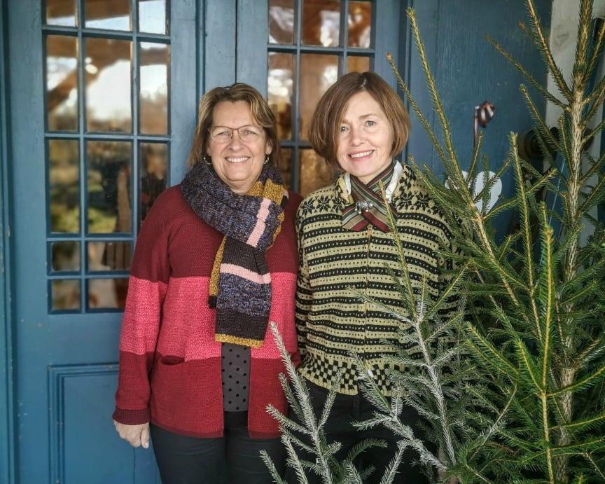 Bildtext: Wenche Engström och Soili Myllyaho välkomnar årets besökare till Färna Julmarknad.